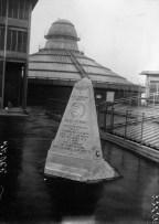 Le 19 janvier 1919, Jules Védrines, pionnier français de l'aviation et héros de la Grande Guerre, réussit à se poser sur le toît des Galeries Lafayette, où un monument immortalise l'exploit risqué.