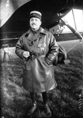 """Photographié ici au départ de la mission trans-africaine Paris-Lac Tchad, le colonel Vuillemin fait partie des aviateurs militaires qui ont """"défriché"""" les lignes aériennes africaines. Il sera chef d'état-major général de l'armée de l'air de 1938 à 1940."""