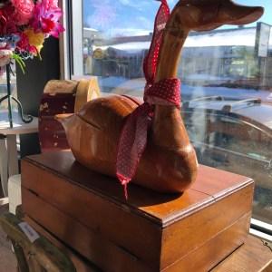 Canard en bois taillé