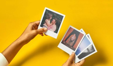 Polaroid photos fond jaune