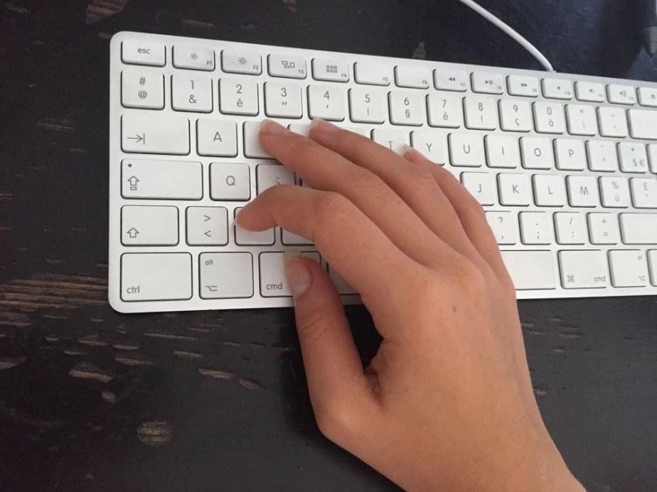 Position de la main d'un gaucher sur un clavier