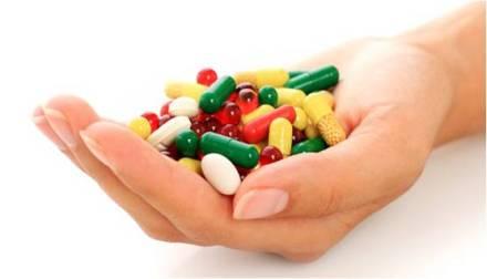 mano con medicina
