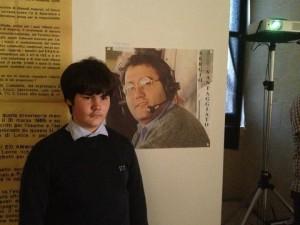 Martino Vantaggiato davanti la foto col padre al castello Carlo V