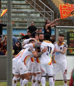 esultanza Lecce maglia bianca a Cosenza