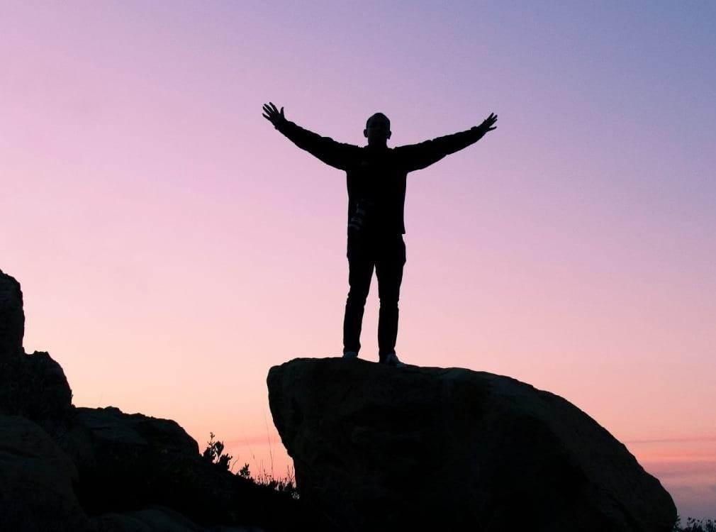 hombre en montaña | autoestima | consejos | le chat magazine