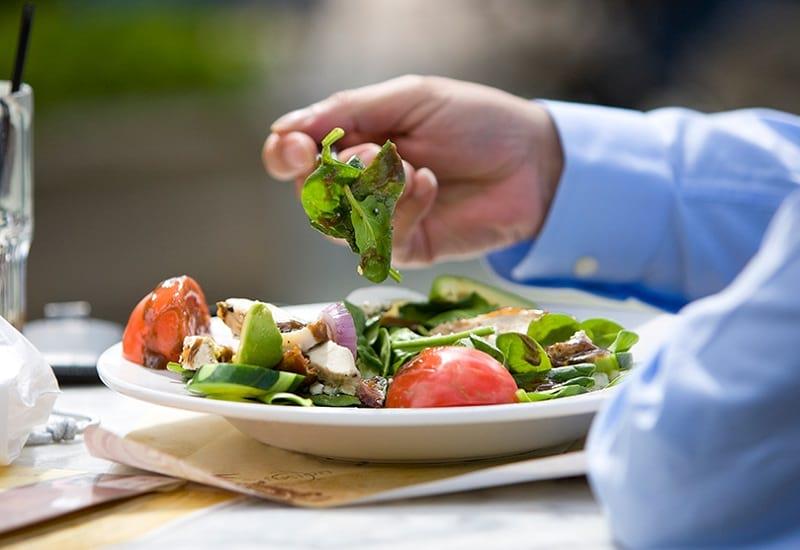 plato con ensalada de lechuga, tomate y pollo | bajar consumo de carne roja| comer sano | le chat magazine