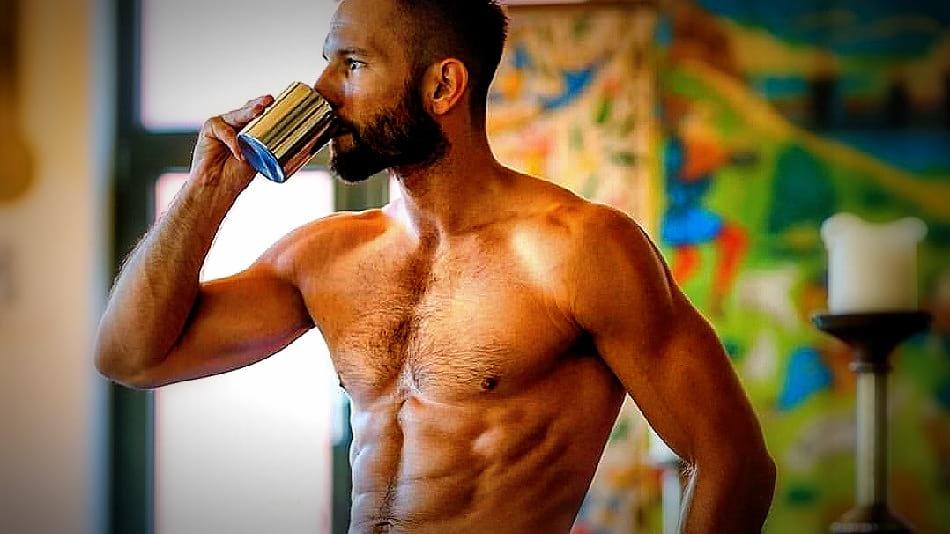 Además de ingerir proteínas, necesitas consumir café antes de tus entrenamientos. Te ayuda a perder peso y modela mejor tu físico.