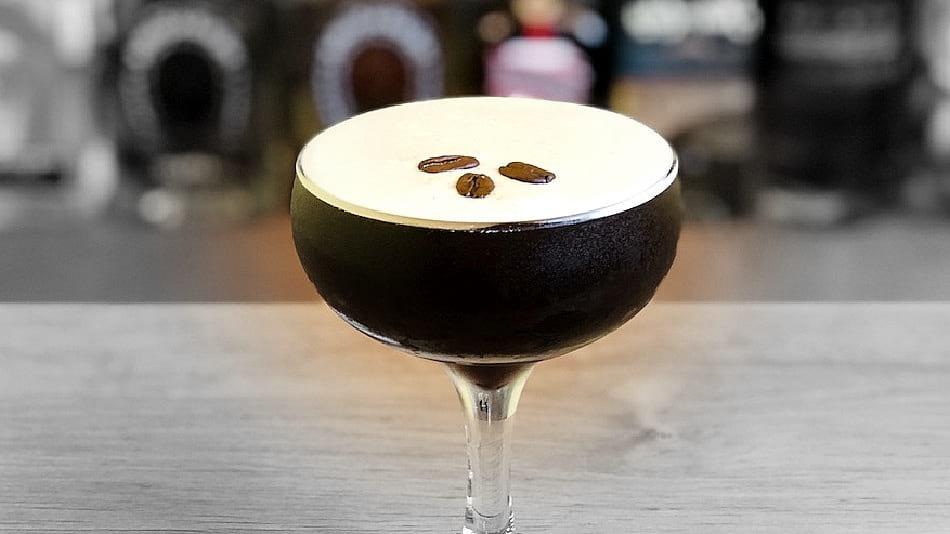 Nació en los 80 y se ha vuelto todo un clásico de la coctelería inglesa. Si te gusta el café, el cóctel espresso martini es para ti.