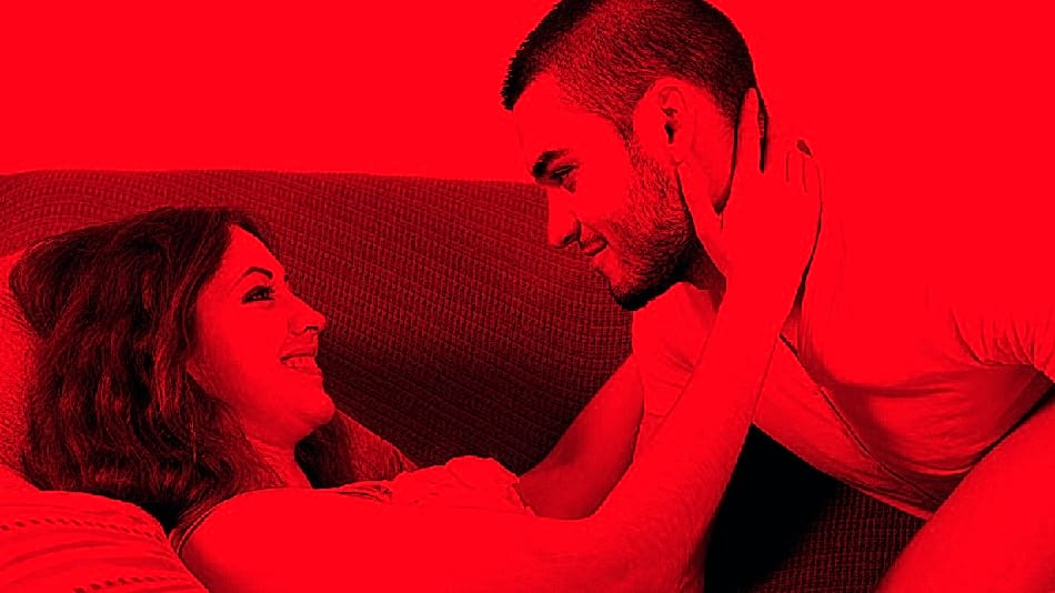 Después de la cama, el sexo en el sofá es lo más recomendable. Aquí te mencionaremos las mejores posiciones sexuales   REVISTA LE CHAT MAGAZINE