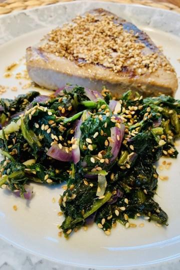 Gegrillter Thunfisch mit Sesam Spinat