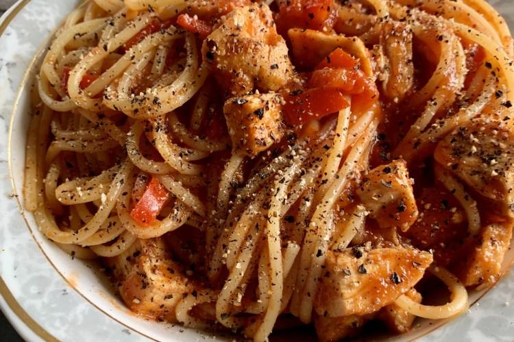 Spaghetti con Pollo e Salsa di Pomodoro Peperoni