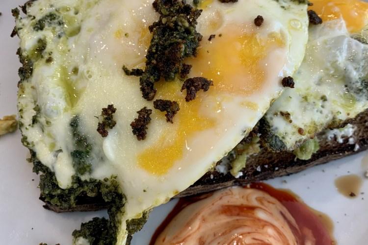 Pesto Eggs - Spiegelei mit Basilikumpesto und Avocado