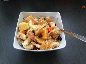 Basenmüsli mit Banane, Mango, Papaya, Orange, Cranberies und Erdnussmandel Flocken