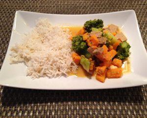 Brokkoli Süßkartoffel Curry mit Sesam-Tofu und Kokosmilch