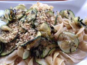 Zucchini Gemüse mit Walnüssen, und Minz-Joghurt und Nudeln 2