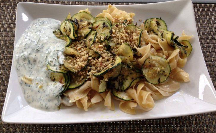 Zucchini Gemüse mit Walnüssen, und Minz-Joghurt und Nudeln