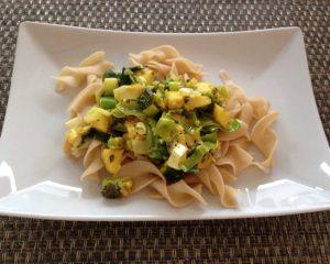 Mango-Ingwer-Lauch Gemüse mit Schafskäse und Bandnudeln