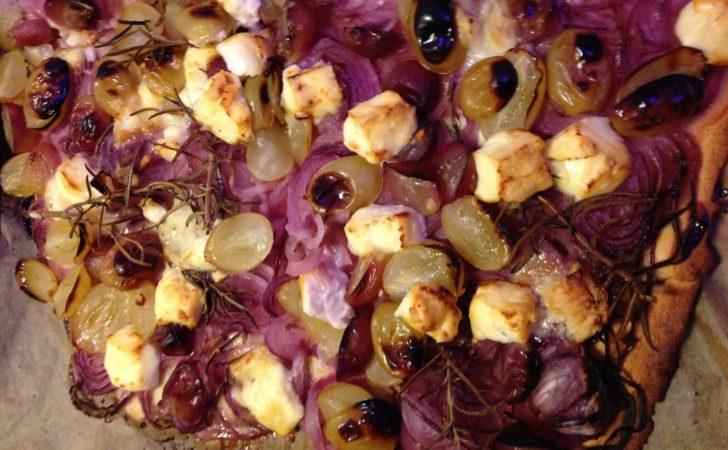 Zwiebelkuchen mit Trauben, Schafskäse und Rosmarin