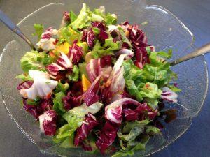 Herbstsalat mit Endivie, Radicchio und fruchtig scharfer Marinade