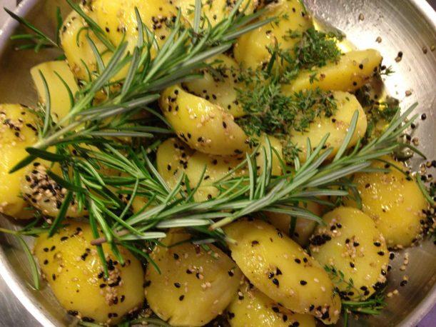 Sesam Honig Rosmarin Kartoffeln mit schwarzem Sesam