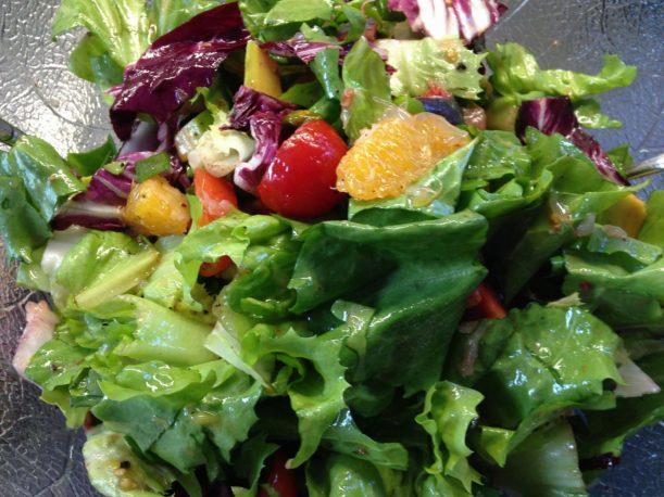 Bunter Herbstsalat aus Endivien und Radicchio mit Grapefruit, Orangen, Avocado, Feigen und Pistazien mit Haselnuss Granatapfel Vinaigrette