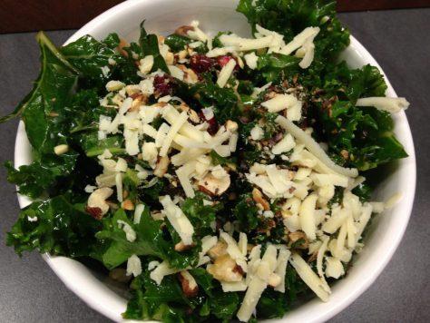 Grünkohlsalat mit.Haselnüssen, Granatapfelkernen und Cheddar