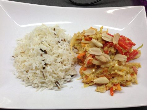 Chinakohl, Möhren, Paprika mit Erdnuss Tamarinden Ingwer Dressing und gebratenem Jasmin Reis