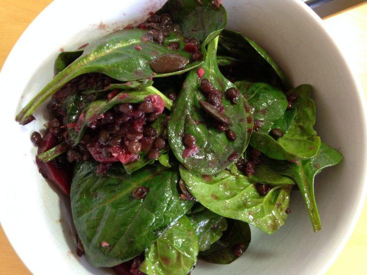 Schwarze Rote Bete Salat mit Beluga Linsen und Spinat