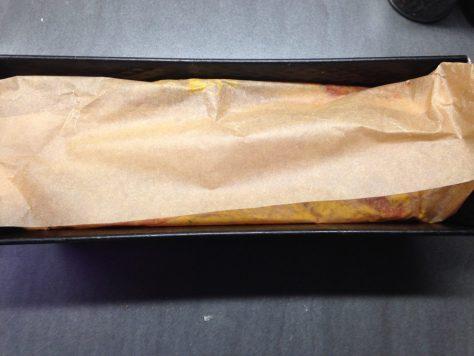 Kichererbsen Bohnen Gemüse Brot mit Glasur mit Backpapier abdecken