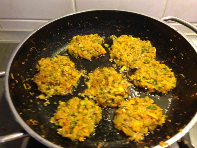 Kürbis Karotten Kartoffel Bratlinge mit Pistazien