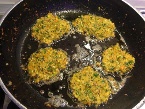 Sellerie Möhren Kartoffel Bratlinge mit Petersilienwurzel und Kürbiskernen