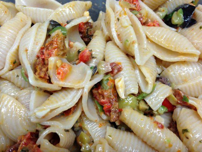 Nudelsalat mit Antipasti getrockneten Tomaten und Oliven