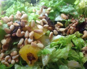 Eichblattsalat mit Orangen, frischen Datteln und Pinienkernen