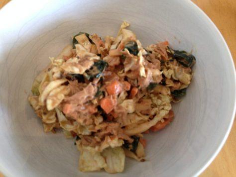 Chinakohl, Thunfisch, Karotten, Wakame Algen Salat mit Sesam Tahine Miso Dressing