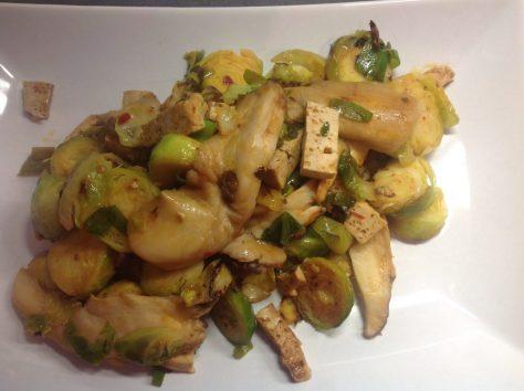 Gebratenes Rosenkohl Tofu Pilz Gemüse mit Chili Soja Marinade und Koriander