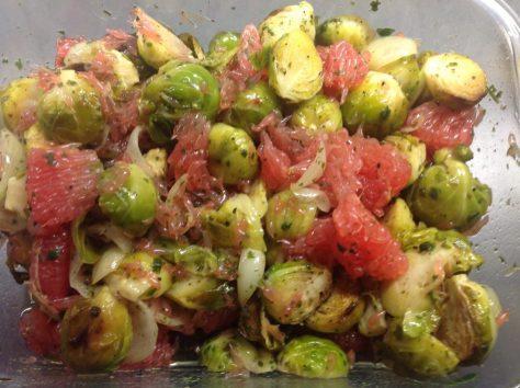 Gerösteter Rosenkohl Salat mit Schalotten und Grapefruit mit Zimt Sternanis Vinaigrette und Koriander