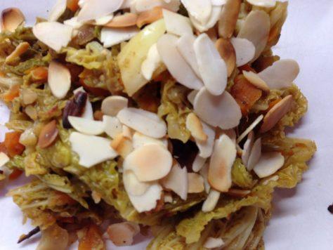 Orientalischer Wirsing mit Karotten, Datteln, Berberitzen und Mandeln
