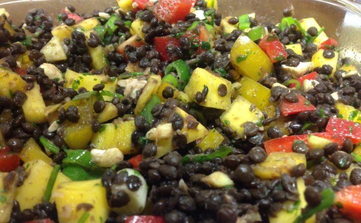 Beluga Linsen Salat mit Paprika, Mango, Chili, Ingwer, Cashew und Koriander