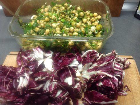 Salat mit Kichererbsen, Radicchio, Oliven, Frühlingszwiebeln, Minze und Koriander