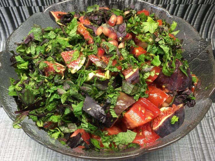 Tomatensalat mit Feigen und Granatapfelkernen, Ziegenkäse und Minze