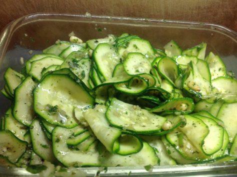 Zucchini Salat mit Pinienkernen und Minze mit Haselnuss Granatapfel Dressing