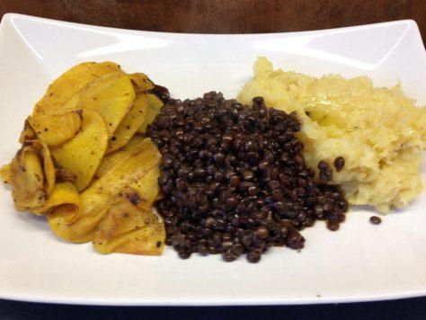 Pastinaken-Kartoffelpüree mit Trüffelöl, Belugalinsen und gebratenen Steckrüben in Orangencurry