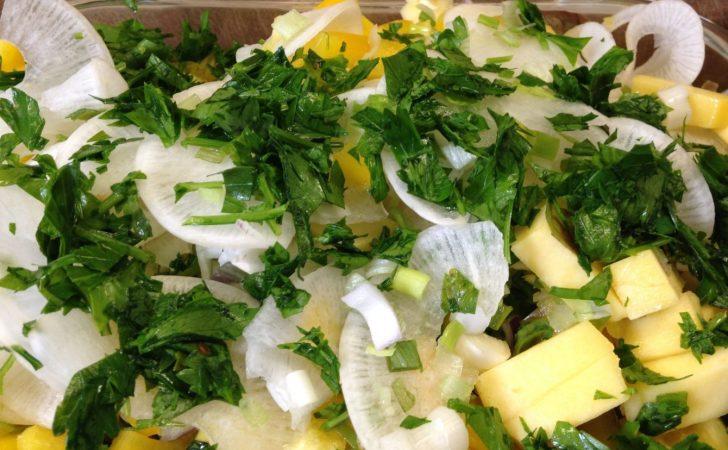 Blattsalat mit Rettich, Mango, Paprika und Kürbiskernen