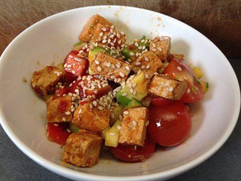 Tomaten Gurken Mango Salat mit Avocado und mariniertem Sesam Tofu