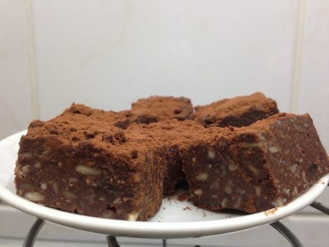 Vegane Brownies mit Datteln und Nüssen
