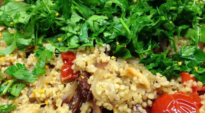 Couscous mit gegrillten Tomaten, karamellisierten Honig Zwiebeln, Sultaninen, gerösteten Mandeln und Arganöl