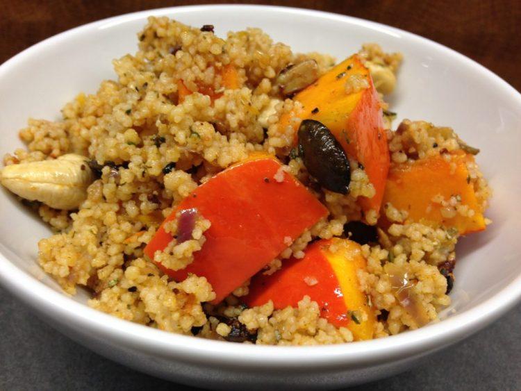 Hirse Salat mit Kürbis, Datteln und Cashewkernen