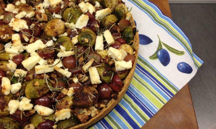Rosenkohl Tarte mit Weintrauben und Walnüssen
