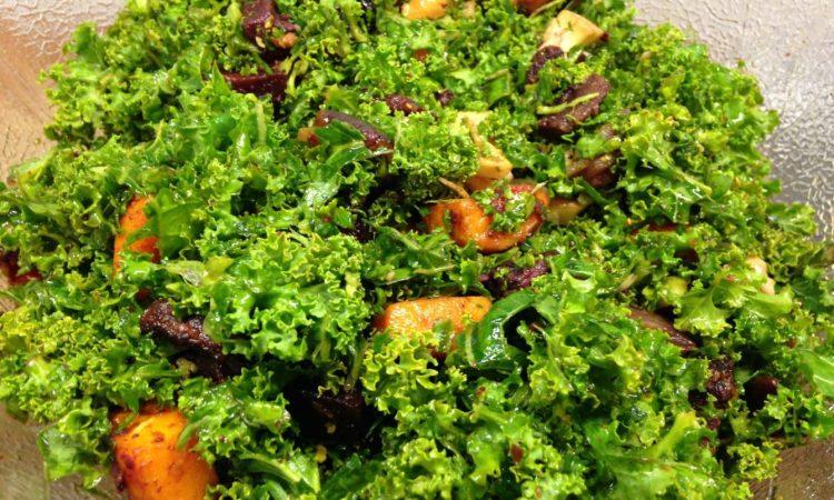 Grünkohl Salat mit gerösteten Süßkartoffeln
