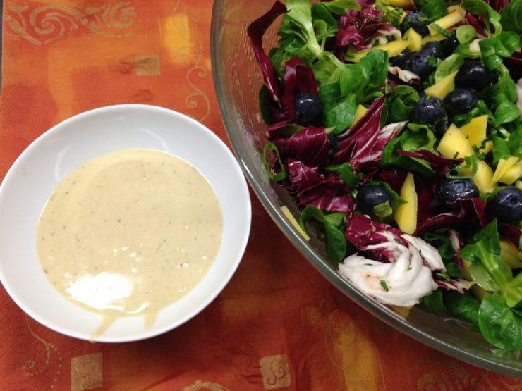 Feldsalat mit Blaubeeren, Mango